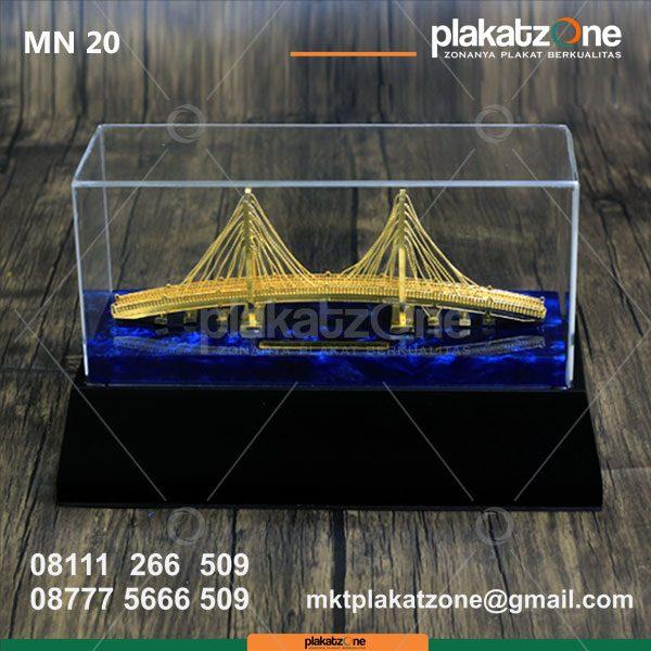 Miniatur Jembatan Suramadu Penghubung Jawa Madura