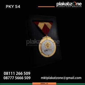 Plakat Kayu Medali Untar samir wisuda