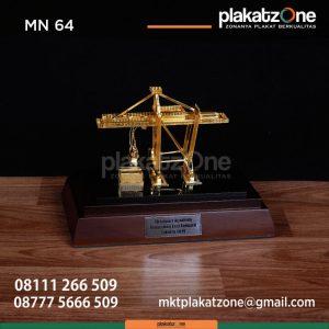MN64 Souvenir Miniatur Crane Chainport Academy