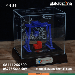 MN86 Souvenir Miniatur Crane RTGC Pelindo 1