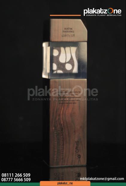 contoh plakat kayu piala